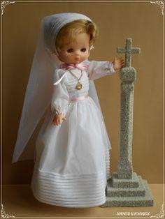 NANCY Y AMIGOS: ARREGLO VESTIDO COMUNION Nancy Doll, Girls Dresses, Flower Girl Dresses, Dolls, Wedding Dresses, Fashion, World, Communion Dresses, Doll Clothes