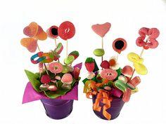 Macetas con flores de chuches. #diyprojects