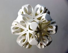 When origami was first developed and put to use, it was an art exclusively for the elite. The monks in Japan folded origami figures for spiritual reasons. Math Crafts, Paper Crafts, Lart Du Papier, Paper Cutting, Pop Up Karten, Origami Artist, Modular Origami, Colossal Art, Paper Snowflakes