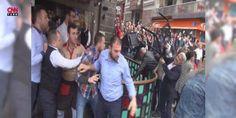 Bursadaki 10 Ekim yürüyüşüne polis müdahalesi : Bursada 10 Ekimde Ankaradaki terör saldırısının birinci yıldönümü dolayısıyla düzenlenmek istenen yürüyüşe polis izin vermedi. Görüşme yapılırken bir grup uyarılara rağmen barikatı aşıp yürümek isteyince polis müdahale etti. Kafelerden sandalye ve şişe de fırlatan gruptan 29 kişi gözaltına alındı.  http://ift.tt/2dcyZqX #Türkiye   #polis #Bursa #Ekim #isteyince #müle
