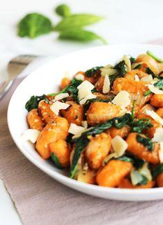 Gnocchis à la patate douce, épinards, sésame et parmesan – Contes et Délices