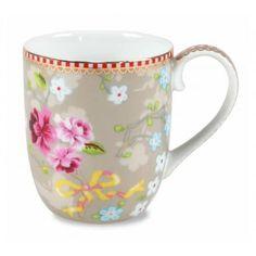 Das fröhlich geblümte Muster der Kollektion Chinese Rose von Pip Studio zaubert auf jeden Tisch einen Hauch von Asien. Blitzschnell schafft das edle Porzellan eine farbenfrohe Tafel und überzeugt mit dem filigran gearbeiteten Blumendekor auf ganzer Linie. Leckere Heiß- und Kaltgetränke werden so auch noch zauberhaft präsentiert werden. Ob Kaffee, Tee oder Kakao - die traumhaften Tassen finden immer Ihren Platz. Pip Studio verbreitet mit der floralen Geschirr-Serie nicht nur wahre Freude…