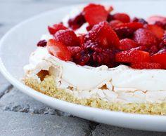 Den definitiva Midsommar- efterrätten / tårtan!!... Hur firar ni?Vi firar alltid med denna tårta hemma hos oss. Och vet ni inte vad ni skall baka idag och har panik, så är denna superenkel...