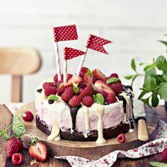 Jäätelökakku – katso ohje!   Meillä kotona Fancy Cakes, Mini Cakes, Charlotte Cake, Ice Cream Party, Piece Of Cakes, W 6, Buttercream Cake, Sweet And Salty, Something Sweet
