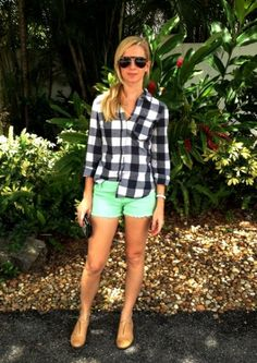 Black gingham top, mint shorts (minus the tan shoes) black clutch, and oversized sunglasses. Mint Shorts, Green Shorts, White Shorts, Pretty Outfits, Cool Outfits, Summer Outfits, Casual Outfits, Tan Flats, Tan Shoes