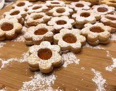 Le ciambelline di marmellata sono una ricetta deliziosa che, se la seguite, vi permetterà di vivere colazioni e merende fantastiche.  #food #tasty #dolce #dessert #ciambelle #ciambelline #marmellata #colazione #breakfast #recipe #recipes #ricette #ricetta Biscotti, Cookies, Desserts, Dolce, Food, Crack Crackers, Tailgate Desserts, Deserts, Biscuits