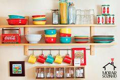 Prateleiras são simples de instalar, baratas e dão um enorme efeito na decoração da sala, quarto, cozinha, home office e até no banheiro! Confira as dicas.