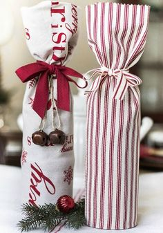 Gift Ideas: wrap a wine bottle in a festive tea towel. This post has the link that shows you how to fold the towel.Hostess Gift Ideas: wrap a wine bottle in a festive tea towel. This post has the link that shows you how to fold the towel. Diy Couture Cadeau, Simple Christmas, Christmas Crafts, Beautiful Christmas, Xmas, Christmas 2014, Wine Bottle Crafts, Diy Wine Bottle Gift Wrap, Wine Bottle Wrapping