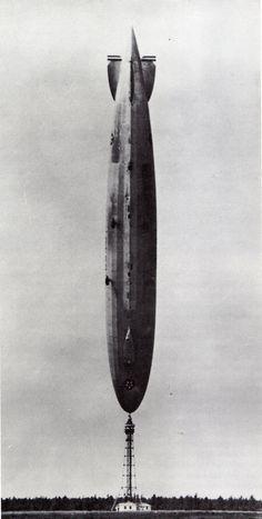 """Le dirigeable """"Los Angeles"""" après le passage d'une rafale, hauteur totale environ 250 m), Lakehurs, 1927"""