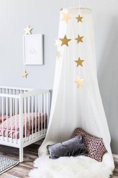 Ein süßes Kuschelzelt das jedes Kinderzimmer in ein magisches Reich verwandelt. Wir zeigen Euch eine einfach DIY Idee mit der Ihr das Herz Eurer Kleinen mit Sicherheit erobern werdet.
