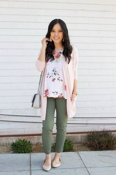5 Ways to Wear a Pink or Blush Cardigan for Spring - Business Casual: Blush Cardigan + Olive Pants + Nude Flats + Floral Top + Statement Earrings - Olive Pants Outfit, Pink Pants Outfit, Floral Top Outfit, Outfits Leggins, Pastel Outfit, Pink Cardigan Outfits, Blush Pink Outfit, Colored Pants Outfits, Slacks Outfit