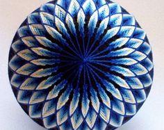brodé à la main de - boule décorative - temari japonais fil décoratif boule moderne décoration que design-bleu Sunburst Temari fabriqué sur commande