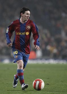 Lionel Messi Photos - Lionel Messi of Barcelona controls the ball during the Copa del Rey semi final match between Barcelona and Valencia at the Camp Nou Stadium on February 2008 in Barcelona, Spain. - Barcelona v Valencia - Copa del Rey Messi Photos, Camp Nou, Semi Final, Manchester City, Fc Barcelona, Valencia, Football, Baseball Cards, Sports