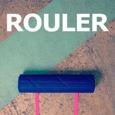 /Coussin de sol vert clair et bleu foncé à fermeture autoagrippante, facile à rouler et à ranger.