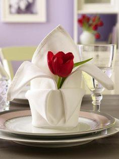 Tischdeko zum Valentinstag Lovely Napkin fold with fresh tulip flower. Tischdeko zum Valentinstag Lovely Napkin fold with fresh tulip flower. Ostern Party, Beautiful Table Settings, Decoration Table, Table Centerpieces, Dinner Table, Dinner Napkins, Folding Napkins, Napkin Folding Flower, How To Fold Napkins