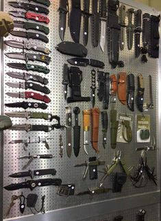 EDC, Knifes & Tools - best folding knives from all over the world. Survival kits and EDC. Pretty Knives, Cool Knives, Knives And Swords, Tactical Wall, Tactical Knives, Tactical Gear, Weapon Storage, Knife Storage, Ninja Weapons