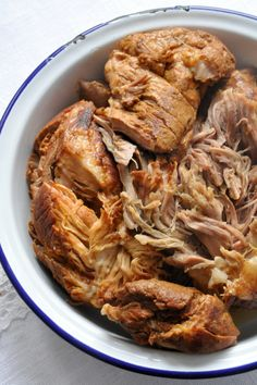 Pulled pork Epaule de porc mijotée très longtemps avec des épices. Pour faire des sandwichs, ou manger comme ça froide ou chaude Pork Sandwich, Sandwiches, Pork Recipes, Slow Cooker Recipes, Cooking Recipes, Cooks Slow Cooker, Cuisine Diverse, Slow Cooked Beef, Salty Foods