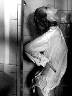 """""""...El agua tibia me envuelve, me hace lo que tú me harías, me abraza, me pierde en todo lo que siento... Y en su ruido te escucho, cercano a mi cuello y un rubor cubre mis mejillas... No puedo evitar sonreír, se siente bien confundir el agua con tu tacto. Y siento como colocas una de tus manos en mi cuello y con la otra sujetas mi cadera... Me deslizas debajo del agua mientras me besas, chupas un poco mi labio inferior mientras la espuma cae con el agua... Aprovechas para tocarme y…"""