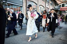 Eine Jeans und ein Trenchcoat, das ist gehabt und bewährt und Nothing To Write Home About. Auftritt Accessoires. Viktoria Rader addiert eine coole Cap, rosafarbene Statement-Tasche und die glamourösesten Pumps überhaupt und Hokuspokus - wird ein Statement-Outfit daraus ! | @acnestudios @vetements_official @miumiu @loewe  #glamometer #vikyandthekid