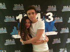 Nathan com fã (@DamnItElisa) na rádio 104.3 NOW FM, em Las Vegas, nos Estados Unidos. (7 ago.)
