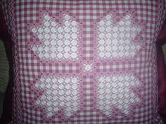 Imagen Cojines bordado español - grupos. Cross Stitch Patterns, Crochet Patterns, Chicken Scratch Embroidery, Hand Stitching, Gingham, Diy And Crafts, Applique, Quilts, Pillows