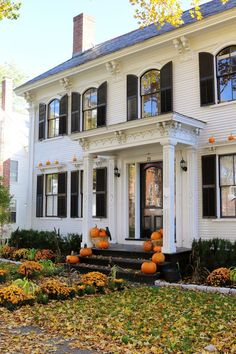40 Preppy House Interior and Exterior Design - If any age group has their pulse on the newest trends, it must be teens. If youve got a more compact group of friends, you might try to acquire more . by Joey Colonial Exterior, Colonial Style Homes, Exterior Design, Colonial House Exteriors, Ranch Exterior, Exterior Siding, Exterior Remodel, Patio Interior, Interior And Exterior