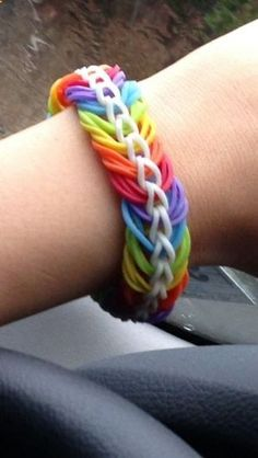 im a girl that is obbsesssed with rainbow loom Rainbow Loom Tutorials, Rainbow Loom Patterns, Rainbow Loom Creations, Rainbow Loom Bands, Rainbow Loom Bracelets, Loom Band Bracelets, Loom Bracelet Patterns, Rubber Band Bracelet, Bracelet Crafts
