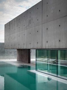 Betonfassade Glas Panoramascheiben Schwimmbecken