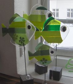 Galleri - Glaskunst Reminds me of some cool people I know Fused Glass Ornaments, Fused Glass Jewelry, Fused Glass Art, Mosaic Glass, Glass Fusion Ideas, Slumped Glass, Glas Art, Stained Glass Crafts, Glass Animals