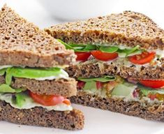 Green club sandwich - mmm i do love sandwiches! Sandwich Bar, Club Sandwich Receta, Roast Beef Sandwich, Club Sandwich Recipes, Healthy Sandwich Recipes, Healthy Sandwiches, Bbc Good Food Recipes, Lunch Recipes, Healthy Snacks