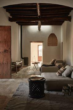 Casa en Ibiza que combina tonos tierras y texturas naturales para lograr una calidez  que invita a la reflexión.