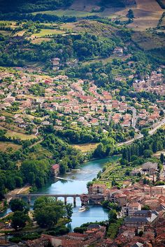 La ville de Millau, dans le département d'Aveyron de la région Midi-Pyrénées.