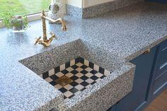 VRI interieur: donkerblauwe keuken klassieke stijl terrazzo blad