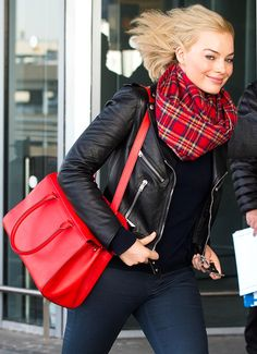 Talk about flying in style! We're zoomed in on the Focus star's cozy scarf at JFK International Airport in NYC.