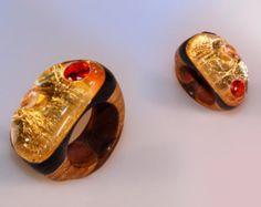 Anello scolpito, lavorato a mano, gioiello in legno wenge, opera d'arte, vetro organico, foglia oro, strass e swarovski, diametro 18 mm - Modifica inserzione - Etsy