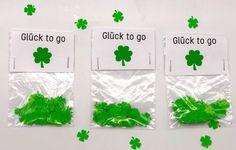 So einfach könnt Ihr Euch Kleeblatt Konfetti selber machen. Süße DIY Geschenke in Form von Glücksbringer selber machen.