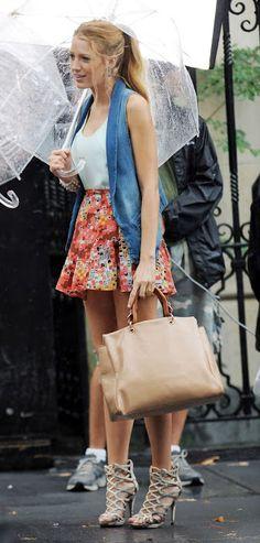 Falda con flores, chaleco de mezclina y zapatos similares