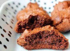 Diese Brownie-Cookies sind unfassbar saftig, chewy, intensiv schokoladig... tatsächlich fast eher Brownies als Cookies . - Schokohimmel