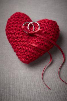 Para las que saben crochet, o tienen una tía o mamá o abuelita que sabe: qué tal este cojincito para los anillos?