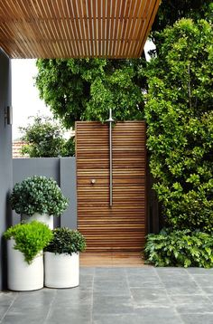 Beautiful gardens - practical tips and inspiration in 110 pictures - garden design ideas beautiful garden with elegant plant containers - Outdoor Pool Shower, Outdoor Baths, Outdoor Bathrooms, Outdoor Rooms, Backyard Patio, Backyard Landscaping, Swimming Pools Backyard, Rainforest Shower, Garden Shower