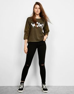 T-shirt met WOW! patch - T-Shirts - Bershka Belgium Simple Outfits, Classy Outfits, Casual Outfits, Toddler Girl Outfits, Outfits For Teens, Yellow Evening Dresses, Teen Fashion, Fashion Outfits, Winter T Shirts