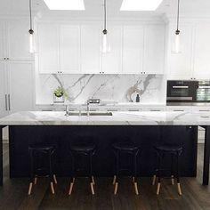 37 Gorgeous Black And White Kitchen Design - Home Design Kitchen Interior, Kitchen Remodel, Contemporary Kitchen, New Kitchen, House Interior, Backsplash For White Cabinets, Home Kitchens, Kitchen Renovation, White Kitchen Design