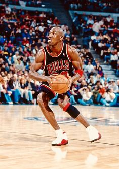 Best Basketball Shoes For Wide Feet Key: 3106752264 Basketball Jones, Best Basketball Shoes, Basketball Pictures, Basketball Legends, Mike Jordan, Jordan Bulls, Michael Jordan Basketball, Nba Players, Basketball Players