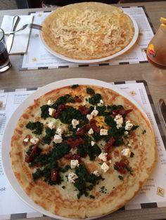 Onze zelf samengestelde pannenkoeken: kaas-parmezaan en spinazie-tomaat-ei-feta.