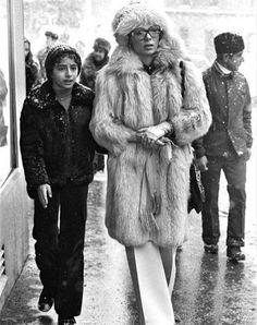 What Iranian Women Looked Like Before the Islamic Revolution in 1979 – Viral News Room Farah Diba, 1977 Fashion, Royal Fashion, Jackie Kennedy, Kim Basinger Now, Mode Old School, Pahlavi Dynasty, The Shah Of Iran, Teheran
