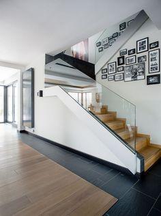 Duży salon z kominkiem w połyskliwej czerni - Easst.com - HomeSquare