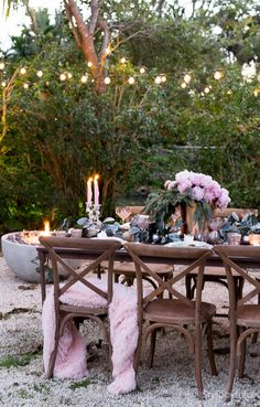 Some of us dream of a white Christmas, but for some of us, things are a little bit warmer. We love Janet's outdoor Christmas dinner table. She shows us that Christmas can be festive without the cold!