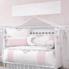Um dos itens mais fofos do enxoval é o kit berço, que faz toda a diferença na decoração do quarto do bebê. Além de beleza, o conjunto também protege o pequeno das grades do berço e oferece mais aconchego ao ambiente. Mas muitas mamães ainda tem dúvidas se vale mesmo a pena comprar o kit berço, principalmente no que diz respeito à segurança. Baby Bedding Sets, Baby Pillows, Baby Bedroom, Nursery Room, Baby Room Design, Baby Swag, Organic Baby Clothes, Baby Boutique, Cool Baby Stuff