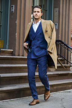 2015-11-11のファッションスナップ。着用アイテム・キーワードはコート, シャツ, ダブルスーツ, チェスターコート, ドレスシューズ, ネイビースーツ,etc. 理想の着こなし・コーディネートがきっとここに。| No:131254
