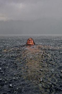 wow, de las sensaciones mas maravillosas del mundo!!  nadar bajo la lluvia suave!!